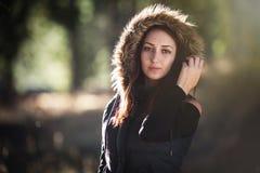 Mujer joven en el bosque Fotos de archivo libres de regalías