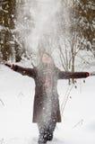 Mujer joven en el bosque del invierno fotos de archivo