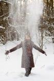 Mujer joven en el bosque del invierno Foto de archivo libre de regalías