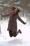 Mujer joven en el bosque del invierno Imagen de archivo libre de regalías