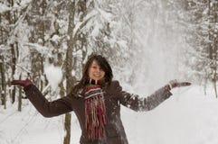 Mujer joven en el bosque del invierno Fotos de archivo libres de regalías