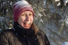 Mujer joven en el bosque en la nieve Imagen de archivo