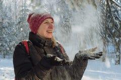 Mujer joven en el bosque en la nieve Imagenes de archivo