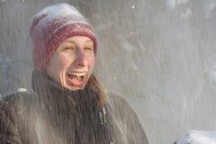 Mujer joven en el bosque en la nieve Foto de archivo