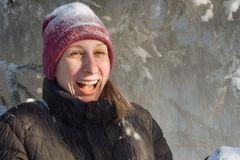 Mujer joven en el bosque en la nieve Fotografía de archivo libre de regalías