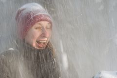 Mujer joven en el bosque en la nieve Imagen de archivo libre de regalías