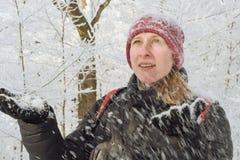 Mujer joven en el bosque en la nieve Imágenes de archivo libres de regalías