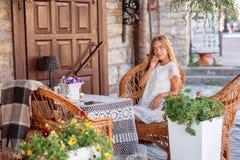 Mujer joven en el caffee que mira a un lado Imágenes de archivo libres de regalías