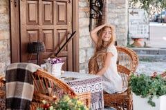 Mujer joven en el caffee que mira a un lado Imagenes de archivo