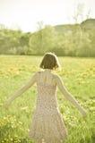 Mujer joven en el campo fotografía de archivo