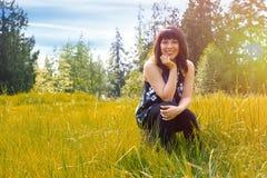 Mujer joven en el campo de la hierba imágenes de archivo libres de regalías