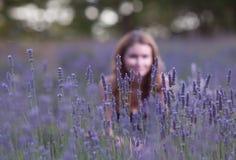 Mujer joven en el campo de la lavanda floreciente Foto de archivo libre de regalías