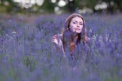 Mujer joven en el campo de la lavanda floreciente Foto de archivo