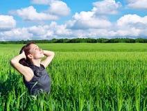 Mujer joven en el campo de trigo Fotografía de archivo libre de regalías