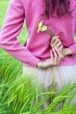 Mujer joven en el campo del trigo Imagen de archivo