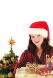 Mujer joven en el casquillo y los presentes de Santa Foto de archivo libre de regalías