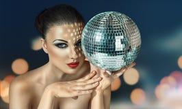 Mujer joven en el club del disco de la noche Foto de archivo