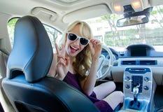 Mujer joven en el coche Imagenes de archivo