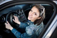 Mujer joven en el coche que va en viaje por carretera Estudiante del conductor del principiante que conduce el coche Examen del c Foto de archivo libre de regalías