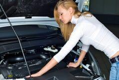 Mujer joven en el coche quebrado imagen de archivo libre de regalías