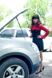 Mujer joven en el coche quebrado Fotos de archivo libres de regalías