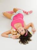Mujer joven en el color de rosa puesto con el juguete Fotografía de archivo