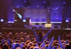mujer joven en el concierto vivo Fotos de archivo libres de regalías