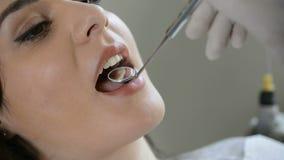 Mujer joven en el dentista almacen de video