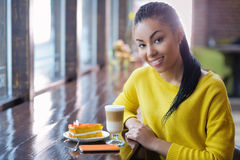 Mujer joven en el descanso para tomar café Fotografía de archivo