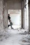 Mujer joven en el edificio arruinado Imagen de archivo