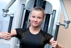 Mujer joven en el ejercicio de la gimnasia Imágenes de archivo libres de regalías