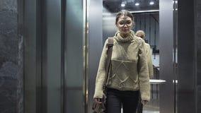 Mujer joven en el elevador imagen de archivo