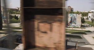 Mujer joven en el entrenamiento corriente del desgaste de la aptitud Visión lejana de siguiente lateral desde la calzada aérea Dí metrajes