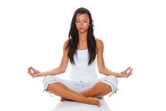 Mujer joven en el entrenamiento de la yoga Imagen de archivo
