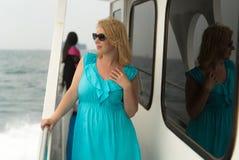 Mujer joven en el escritorio de la nave Foto de archivo
