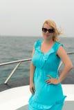 Mujer joven en el escritorio de la nave Imagen de archivo