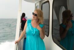 Mujer joven en el escritorio de la nave Fotos de archivo libres de regalías