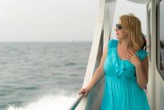 Mujer joven en el escritorio de la nave Fotografía de archivo libre de regalías