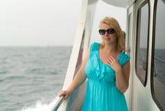 Mujer joven en el escritorio de la nave Fotografía de archivo