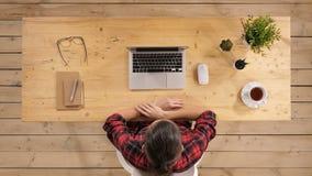 Mujer joven en el escritorio de oficina que mira en el ordenador portátil del monitor almacen de metraje de vídeo