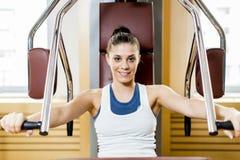Mujer joven en el gimnasio Fotos de archivo