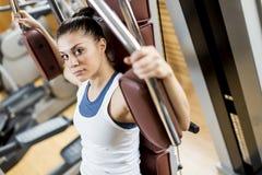 Mujer joven en el gimnasio Imagen de archivo