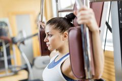 Mujer joven en el gimnasio Fotografía de archivo