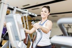 Mujer joven en el gimnasio Fotos de archivo libres de regalías