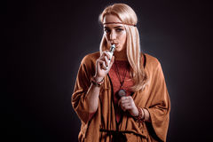 Mujer joven en el humo que sopla del estilo de Boho Foto de archivo