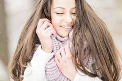 Mujer joven en el invierno Fotografía de archivo