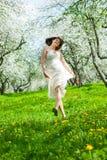 Mujer joven en el jardín de la manzana Imagen de archivo