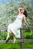 Mujer joven en el jardín de la manzana Foto de archivo