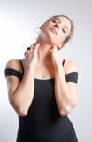 Mujer joven en el leotard del bailarín que estira el cuello Imagen de archivo