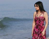 Mujer joven en el mar en verano Imagen de archivo